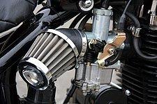 吸気にはキャブレターを採用。ピストンバルブ強制開閉式で、加速ポンプを装備する。エアクリーナーはボックスを持たないパワーフィルタータイプ。