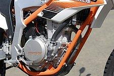 エンジンは350EXC-Fをベースに専用のセッティングとチューニングが施されたフリーライド350専用。ダイキャスト製クランクケースの採用やバルブをチタンからスチール製に変更、さらにキックシャフトを廃しギアやアームを省略することでエンジン単体だけで1.2kgもの軽量化を果たしている。
