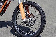 フロントホイールは自転車で有名なジャイアント製ホイールを採用。オートバイでは前例がないくらいの軽量を誇りながら必要充分以上の剛性と安全性を兼ね備えている。タイヤにはダンロップ製D803をセレクト。トライアル競技仕様のタイヤではあるが、公道走行も可能な非常にグリップ力の強いタイヤだ。もちろん車検にも適応している。