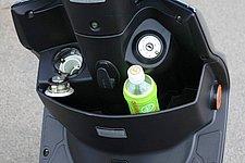 500ccのペットボトルが楽々と入るサイズのフロントポケット。中央に荷かけフック、そして左には給油口(開いた状態で撮影)がある。
