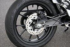 リアタイヤは、ワイドな150サイズを採用。リアブレーキは小型キャリパーにφ230mmのローターをリジッドマウントする。ブレーキホースはステンメッシュ。