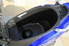 ヘルメットボックスの容量は、余裕の約23リットル。メットを外掛けできるホルダーを2個装着している。