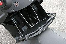 ハンドル下部には、スライド式のグローブボックスを備える。ロック機構はないが、左右2分割構造となっている内部はかなり広く、小物だけでなくスペアのグローブやレインウエアなども収容可能。様々なシーンで重宝する。