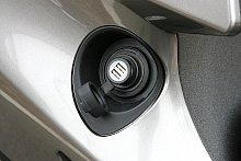 車体後部の右側にある、フューエルリッド風のフタを開けると、内部からはUSB電源ソケット(DC5V 2A)がふたつ出現する。かなりめずらしい配置だが、ライダーや同乗者が運転中にスマートフォンを充電するような使い方には便利だ。