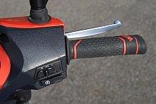 ハンドル右側の操作ボタンは、セルモーターとライトスイッチがある。