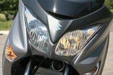 スリムでシャープなデザインの独立2灯型マルチリフレクターヘッドライトは、ロービーム/ハイビームともに55Wバルブを装備。ロービーム時は左側のみ、ハイビーム時は左右両側が点灯する。前後ウインカーはクリアレンズ仕様だ。