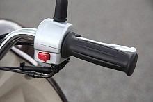 右側のハンドルスイッチは、左と対照的にとてもシンプル。セルモーターを回すスターターボタンのみだ。