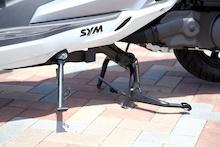 メインスタンドのほか、サイドスタンドを標準で装備している。ちょっとした駐車の際にこれがあると断然便利だ。