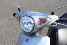 ヘッドライトのリング部分にメッキパーツを採用。前後のウインカーにはクリアレンズを使い、高級感をアップしている。