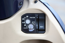 イタズラに強いシャッターつきキーシリンダーを採用。シートのオープンスイッチは独立したタイプだ。
