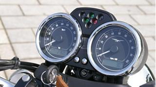 クロームメッキのリングがあしらわれた2眼式メーターは、70年代に採用されていたヴェリア製のものをほうふつとさせる。盤面の文字や目盛りもクラシカルで美しい。液晶部は時計や外気温計の機能も備える。
