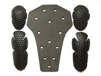 標準装備品として、背中、肩、肘にそれぞれソフトタイプのプロテクターが装着される。簡単に取り外しができ、別売りのハードタイプのプロテクターにアップグレードすることも可能だ。