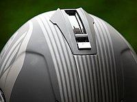 頭頂部に設けられたレバーを下げるとバイザーオンとなり、レバー下部のボタンを押すだけでバイザーがサッと格納される。とくに格納時は素早さが要求されるため、非常に便利な機能だ。