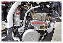 エンジン右脇に見えるのは、CPsports製のオイルキャッチタンク。これは、サーキットを走行中にトラブルでオイルをコース上に巻かないよう、レースではレギュレーションにより装着が義務付けられている。一般的なカスタムではないが、見栄えは良い。