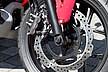 ブレーキには、フットブレーキを操作すると前後輪が連動するコンビブレーキシステムに、ABSを組み合わせた「コンバインドABS」が標準装備される。