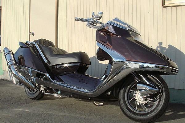 光の具合でブラックにも見える色調のブラウンで塗装されたアッパーカウル。