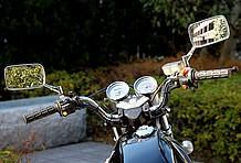 オーナーのスタイルに合わせたハンドルバーをチョイス。さらにヘッドライト周りを整えるためクラブマン用タコメーターも装着。
