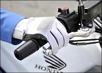 3本がけはレバーの先端近くを握れるため、より強い力で操作できるメリットがある。笹野巡査長も2本と3本を使い分けている。レバーが遠い場合は使いやすい位置に調整しよう。