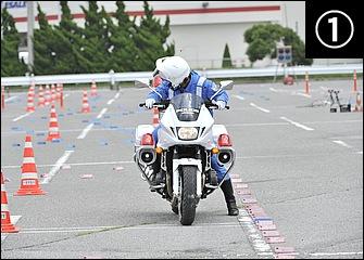 片側1車線の狭い道路でのUターンを想定した「小道路旋回」。振り返って目視し、競技では後方に出されたプラカードの車種を大声で確認。前後ブレーキはかけておく。